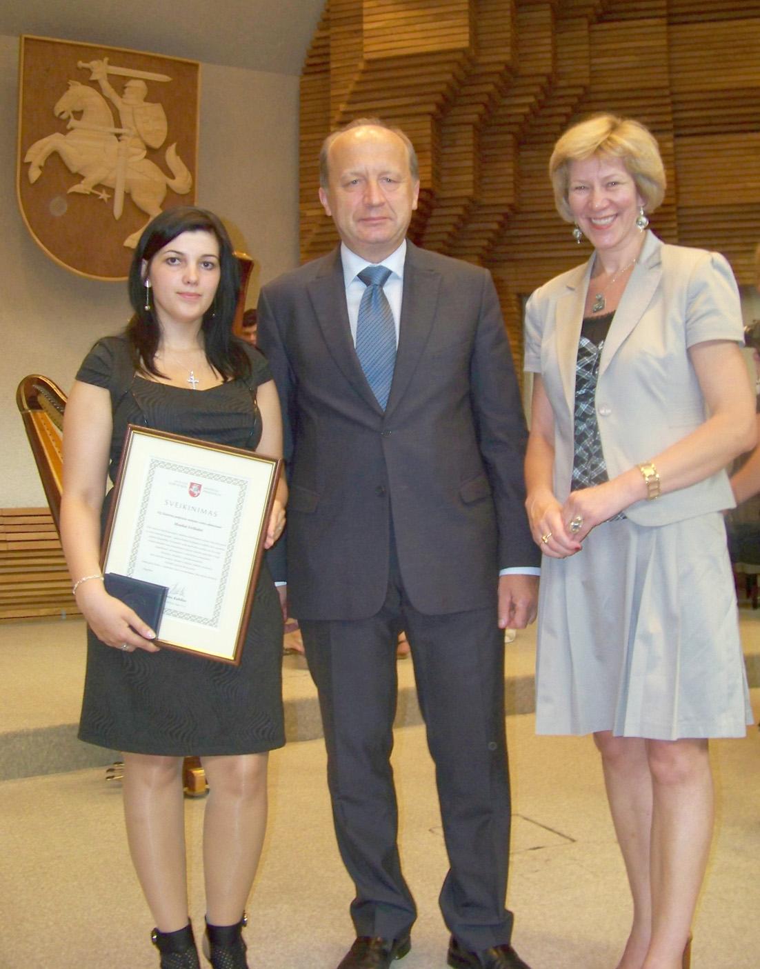 Premjeras apdovanojo Elektrėnų profesinio mokymo centro absolventes