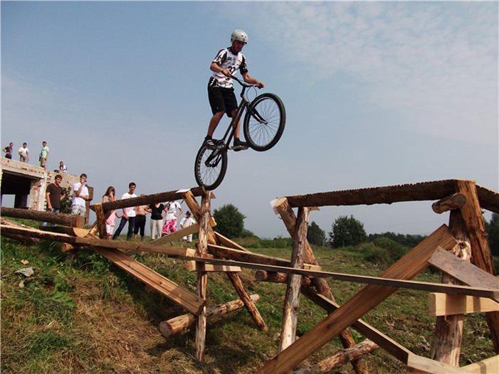 Ekstremalios trialo dviračių varžybos Crazy fermoje –  pakeliui iš Vievio Trakų link