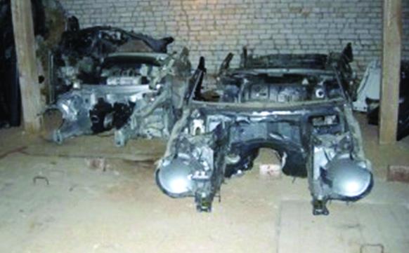 Vilniaus policininkai Kazokiškių kaime aptiko vogtų prabangių automobilių sandėlį