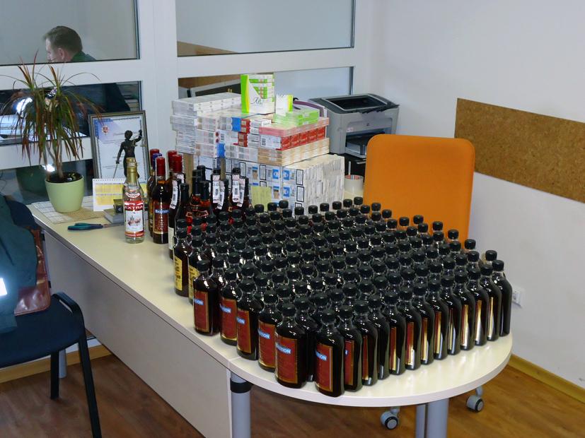 Kratų metu rasta virš 700 pakelių kontrabandinių cigarečių ir neteisėtai laikomų alkoholinių gėrimų