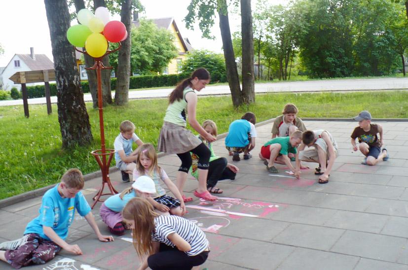 Vaikystės  svajonių takelį  piešė  Kietaviškių  vaikai