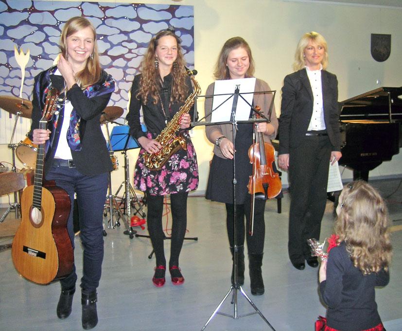 Užburiantis muzikuojančių šeimų vakaras Elektrėnų meno mokykloje