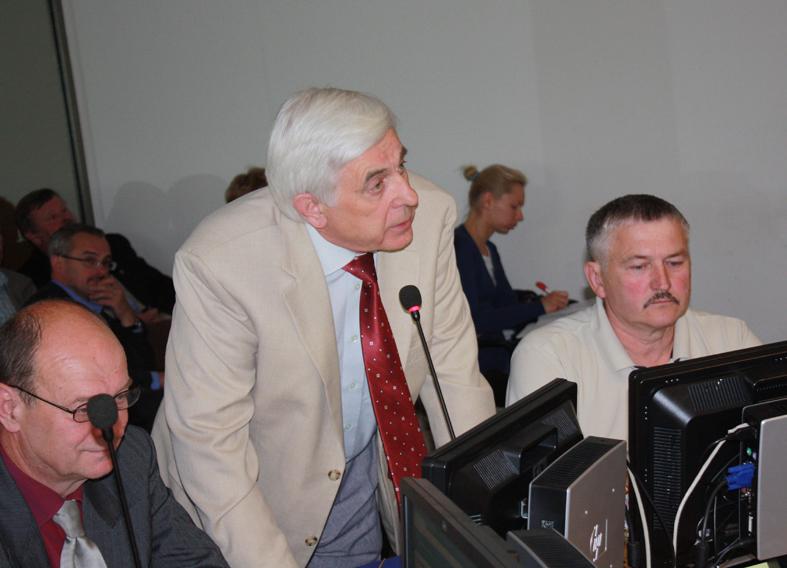 Savivaldybės tarybos posėdyje. Baltą švarką juodais siūlais siuvo