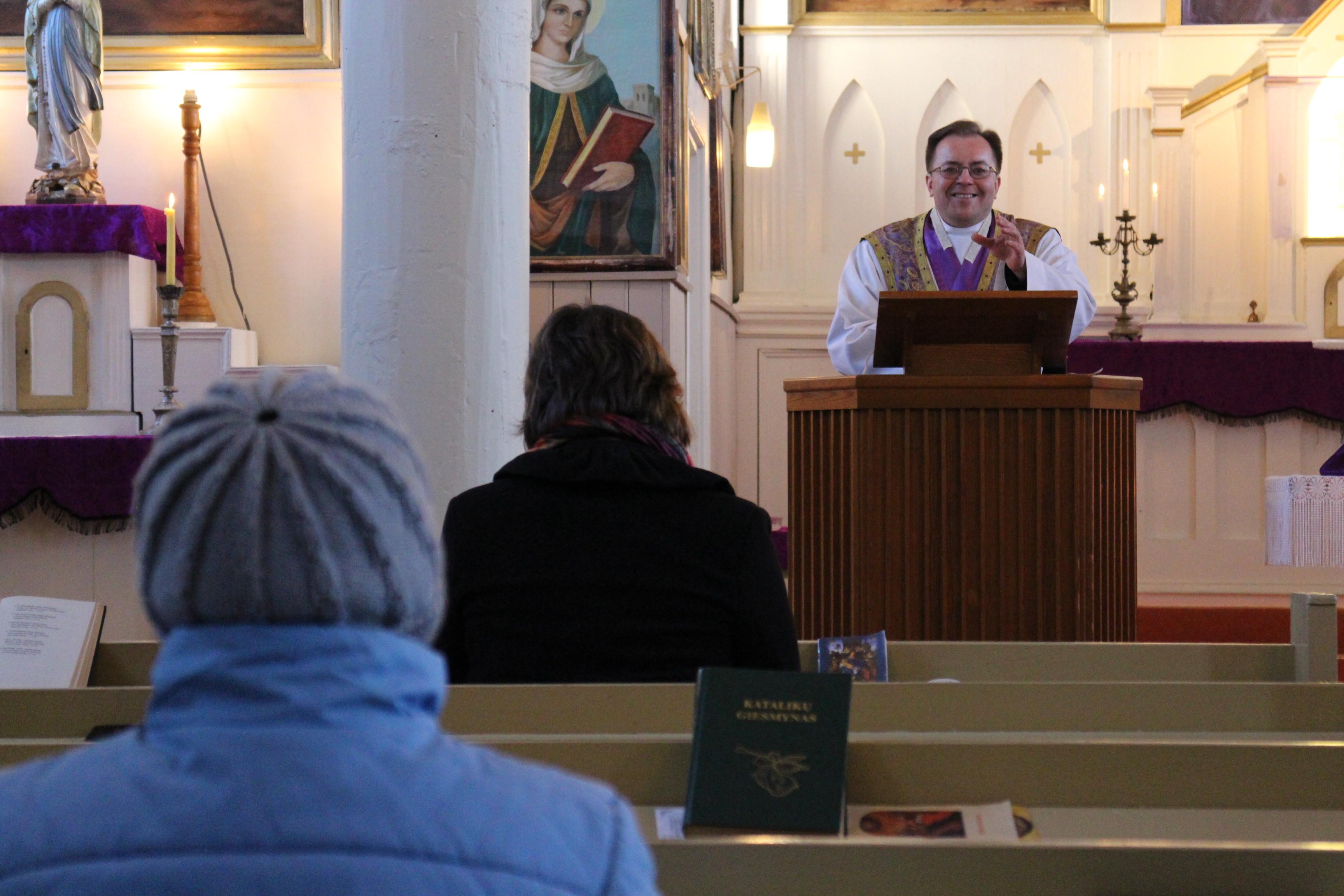 Jaunoje bažnyčioje jaunos ir širdys