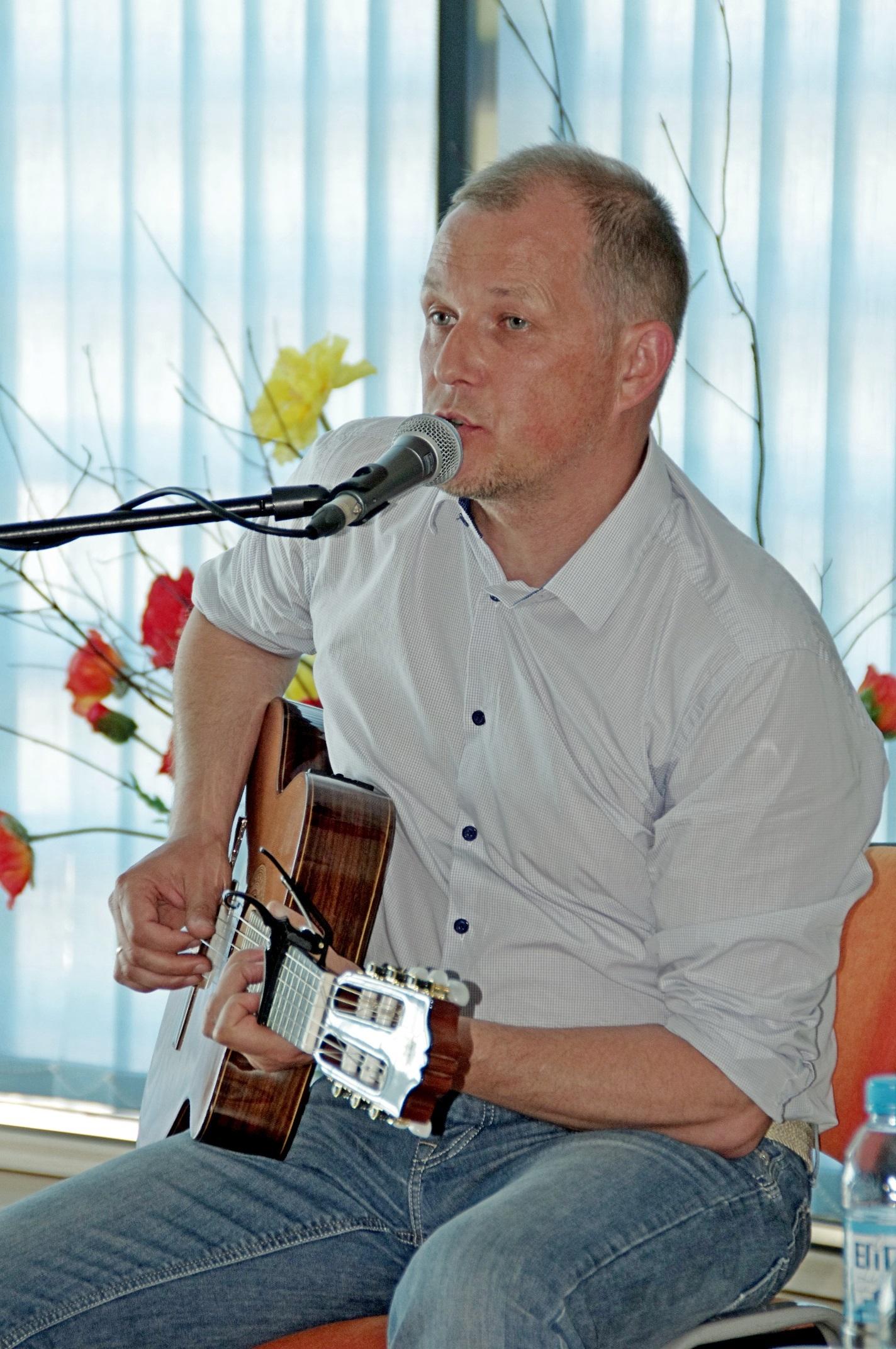 Su Vytautu V. Landsbergiu Elektrėnų bibliotekoje dainavo ir suaugusieji, ir vaikai