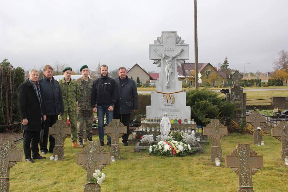 Aplankė savanorių kapus