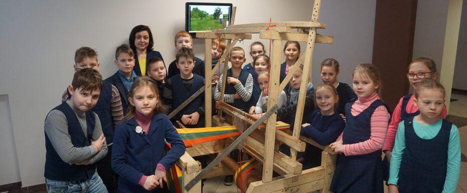 Elektrėnų mokyklų mokiniai audžia tautinę juostą