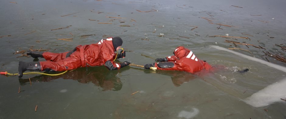 Ant užšalusių vandens telkinių tyko pavojai