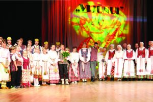 "Didelė ""Vijūno"" šeima vos išsitenka scenoje. Kairėje kolektyvo vadovė Angelė Pačėsienė"