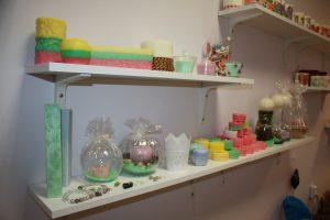 """Artėjant Vasario 16 -ajai parduotuvėje """"Arduta"""" gaminama daugiau žvakių trispalvės tema"""