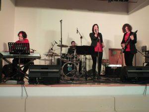 """Kristina Paulikė akompanuoja dukrai Robertai projekte """"Muzikuojame su tėvais"""""""