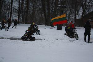 Beižionių jaunieji šauliai vėliavą į miesto aikštę atvežė motociklais