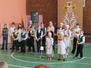 Dainuoja Pastrėvio mokyklos mokiniai
