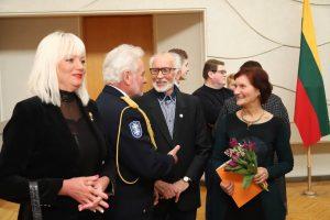 Tadas Šumskas su žmona Daivalija, žemiečiu mokytoju Pranu Vėželiu, gimusiu Vasario 16-ąją ir fotoparodos autore Birute Simanavičiene