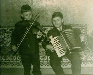 Su broliu Boleslovu, akordeono virtuozu (mok. J. Jurgaičio mokiniu Vievio muz. mok.), Vievis 1961 m.