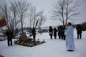 Paminklą žuvusioms aukoms 1944 metais Semeliškėse pašventino Kietaviškių klebonas A. Tarasevičius