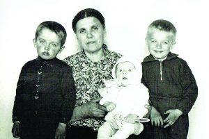 Močiutė Marijona su anūkais. Gintaras ant močiutės kelių