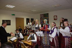 """Kompozitorė ir Vievio meno mokyklos mokytoja Liauda Vaitkūnaitė (stovi centre su kanklėmis) šimtmečio jubiliejui sukūrė kūrinį orkestrui ir vokalui """"Ąžuolas Lietuvai"""", diriguoja E. Vedeckas"""
