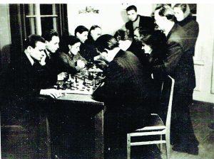 Šachmatų varžybos Vievio bibliotekoje apie 1954 metus