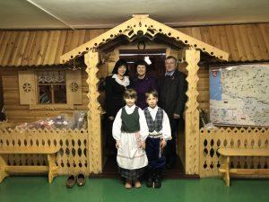 """""""Dėkojame už padovanotus tautinius kostiumus mažiesiems, kurie padės mokyklai, pasirinkusiai etninės kultūros ugdymo kryptį, puoselėti etninę kultūrą, papuoš įvairius pilietinius, tautinius ir etnokultūrinius renginius mokykloje ir Kietaviškių bendruomenėje"""", - laiške, atsiųsdama nuotrauką, rašė mokyklos direktorė Elena Janavičienė"""