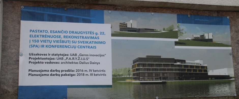 """""""Poseidono"""" rekonstrukcija turėjo būti užbaigta šiais metais, rodo plakatas ant pastato sienos"""