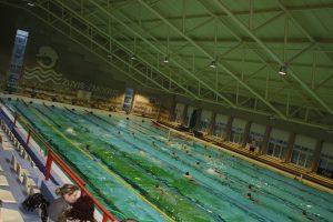 Žalias baseino dugnas atbaido lankytojus