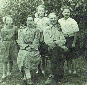 Su tėvais ir seserimis. Vladislava – centre, 1954 m.