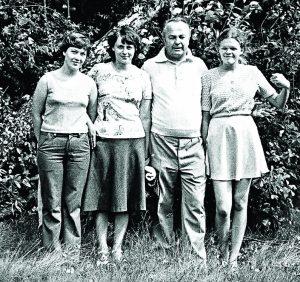 Liudmila (pirma iš kairės) su seserimis ir tėčiu