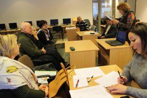 Bendruomenės aktyvas klauso Emilijos Pakrosnienės skaitomos metų veiklos finansinės ataskaitos