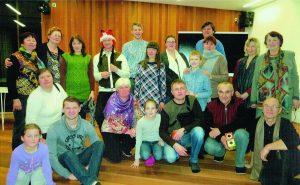 Daugirdiškių bendruomenė 2015 m. kalėdiniame vakarėlyje. Vlada stovi pirma iš dešinės.
