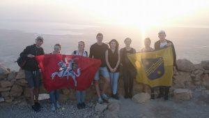 Užlipę į Masados kalną iškėlėme Elektrėnų savivaldybės ir Lietuvos istorinę vėliavą