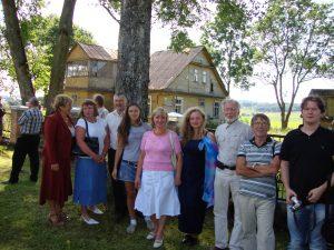 Iš kairės: Vytauto žmona Danutė, dėdės Motiejaus anūkė Marija, Vytautas Vėželis, jo dukra Jurgita, dėdės Motiejaus anūkė Janina ir jos dukra Agnė, Pranas Vėželis, Edmundas Vėželis ir Vytauto sūnus Mindaugas Semeliškėse per Šv. Roko atlaidus