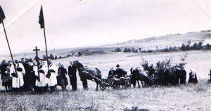 Visas Girelės kaimas jau išvažiavo į Kareivonių kalnelį. Su vėliava iš kairės –Juozas Lipsevičius, toliau – giesmininkas Vladas Kertenis, su antra vėliava –Pranas Kliukas ir kiti gireliškiai
