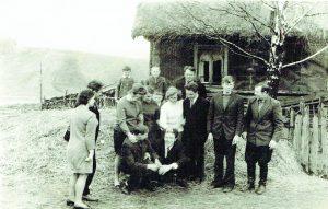 Česonių giminė tėvų sodyboje Karkučiuose. Tėvas Bronius dešinėje, šalia sūnus Bolius