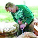 Tarptautiniuose pleneruose žiūrovus labiausiai stebina, kaip tokia smulki moteris didelius darbus iš medžio išdrožia