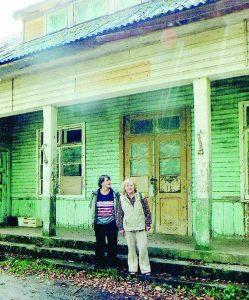 Vanda su seserimi Jadvyga prie Vilūniškių mokyklos, kurią statė jų tėvas Jonas Sabonis ir kurioje jos mokėsi