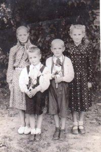 Ona Rasutė su broliuku Vytautu (dešinėje) ir kaimynais Onute ir Vaclovu Lipsevičiais