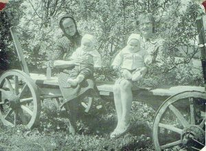 Vanda Umbrasienė, jos mama Honorata ir vaikai Vitas ir Vida