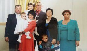 Liudas Suchockas, žentas Marius Žukauskas, laiko ant rankų Austėją, dukra Sonata Žukauskienė, laiko Kostą, dukra Vilija Kavaliauskienė ir jos sūnus Pijus , Marcelė Suchockienė