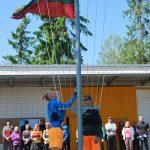 Varžybų pradžią skelbiančios vėliavos pakeltos nauju stiebu. Kelia - Arijus ir Tauras Dambrauskai