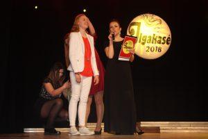 Kol kirpėjos Inesa Paulauskaitė ir Lina Olubaitė matuoja plaukus, ilgakasę Eglę Leskauskaitę kalbina renginio vedėja Laura Buividavičienė