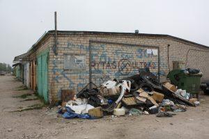 Užburtas ratas: bendrijų nariai krauna šiukšles, Elektrėnų komunalinio ūkio darbuotojai išveža tik konteinerį, o kaupas vis auga