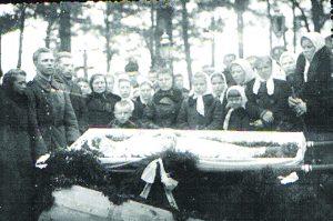 Marytės Dubosaitės laidotuvės. Kruonio kapinėse. 1944-05-02