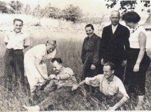 Iš dešinės į kairę: stovi Filomena, Vladas ir Emilija Suchockai, sėdi sūnus Jonas Suchockas, Henrikas Rudalevičius, stovi Alina Rudalevičienė ir dėdės Aleksandro sūnus Česlovas