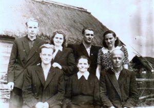 Iš dešinės į kairę: sėdi Vladas ir Emilija Suchockai, sūnus Jonas, antroje eilėje – Filomena ir Algirdas Berūkščiai, Henrikas ir Alina Rudalevičiai
