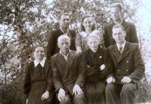 Iš kairės į dešinę: sėdi Emilija ir Vladas Suchockai, dukra Ona su vyru Pranu Vaicekausku, stovi Algirdas ir Filomena Berūkščiai, Jonas Suchockas