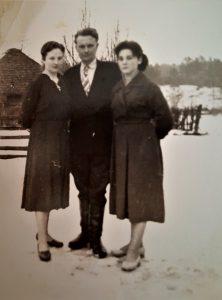 Iš kairės: mamytė Danutė, jos brolis Bronius ir jaunesnioji sesuo Antanina (Romos krikšto mama)