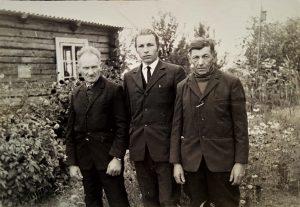 Senelis Motiejus (kairėje), jo jaunesnis brolis Jonas (dešinėje), Jono sūnus Jonas (viduryje)