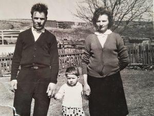 Roma su tėveliais Danute ir Pranu Markevičiais Milvydos kaime, (1966 m.)