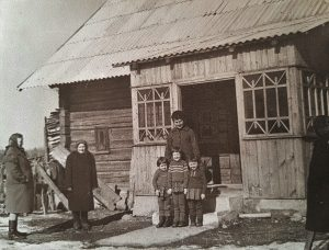 Prie senelių namo Paąžuolėje: (iš kairės) Romos senelės Onos sesuo Jadvyga, senelė Ona, ant laiptų stovi Onos jauniausioji dukra (Romos teta) Birutė, vaikai ant laiptų: (iš kairės) Romos sesuo Angelė, Roma ir pusseserė Rita (Romos mamos vyriausiojo brolio Broniaus dukra) (1969 m.)